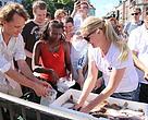Gitte Seeberg og WWF's frivillige deler bæredygtige Thorupstrand-rødspætter ud til københavnerne. Juni 2014.