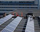 Solceller installeres på taget af GrønlandsBANKENs hovedkvarter i Nuuk, Grønland.