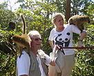 HKH Prinsgemalen og Gitte Seeberg, generalsekretær i WWF Verdensnaturfonden, hilser på den brune lemur