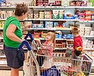 Familie på indkøbstur.