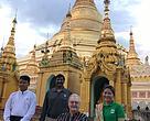 H.K.H. Prins Henrik er her foran Sfwedagon pagoden i Yangon i Myanmar. Bagved står Landechefen for WWF Myanmar, Christy Williams. Til højre står Office Manager for WWF Yangon May Moe Wah og til venstre står en lokal guide.